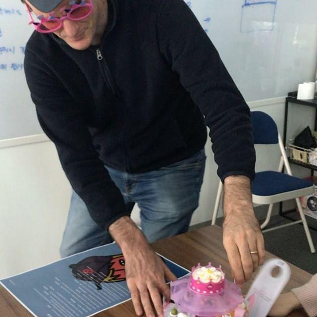 사랑하는 니콜라 실장님 생신 축하드립니다! 🎂 #생일 #외국인 #회의중
